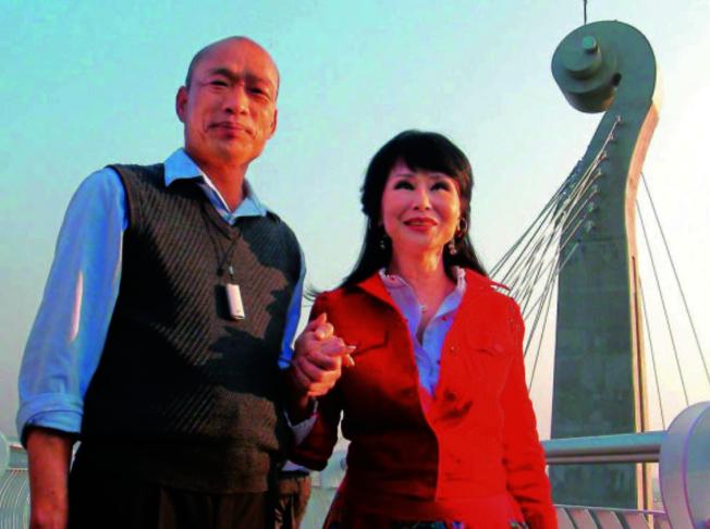 張琍敏(右)是韓粉,即便被陳菊吿依舊關心台灣政治走向。(取材自聯合新聞網)