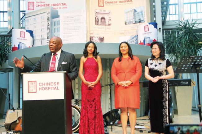 前市長勃朗(左)獲頒發終身成就獎。(記者李晗/攝影)