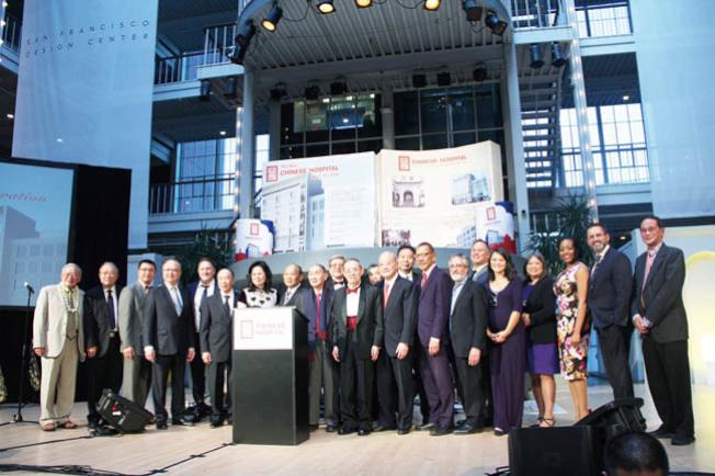 東華醫院董事會與民選官員共同慶祝醫院120周年。(記者李晗/攝影)