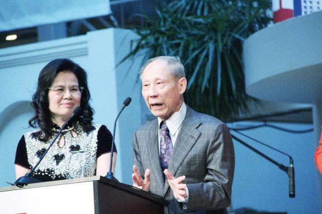 陳英謀(圖右)獲得年度公益最高榮譽大獎。(記者李晗/攝影)