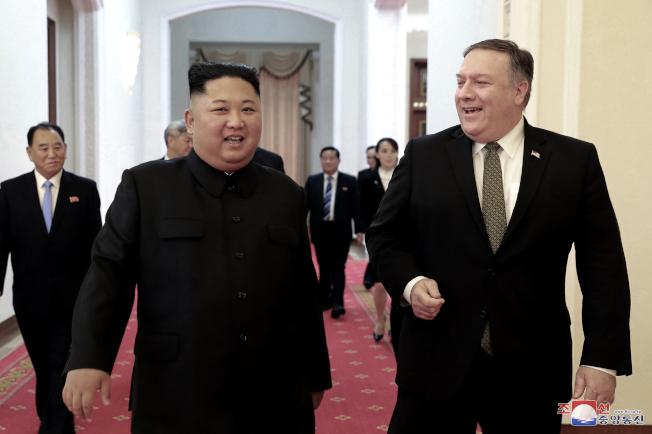 北韓點名要美國國務卿龐培歐(右)退出核武談判,圖為去年10月龐培歐訪問北韓,會見北韓領導人金正恩。(美聯社)