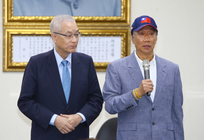 鴻海董事長郭台銘(右)宣布參加國民黨總統初選。圖為他日前應邀出席國民黨中常會,接受黨主席吳敦義(左)致贈榮譽狀。(記者陳柏亨/攝影)