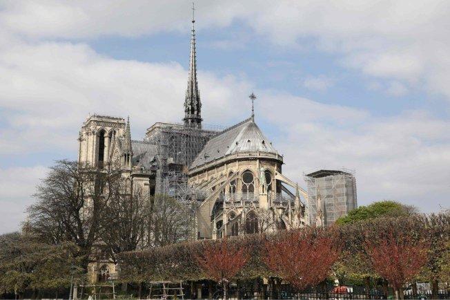 聖母院日前發生火災,燒毀尖塔及屋頂。圖為上月27日景象,可見到尖塔周圍搭起鷹架。圖╱Getty Images