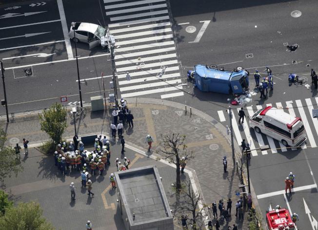 東京豊島區19日中午發生一起嚴重車禍,圖為東京警方的現場鳥瞰照。(美聯社)