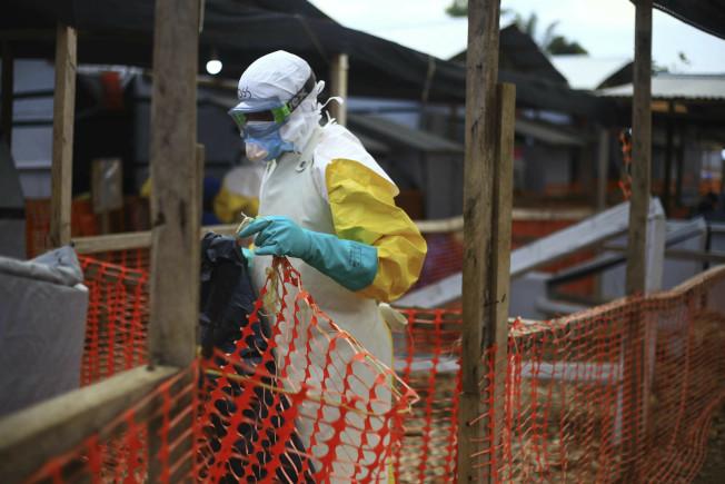 圖為在剛果東部的一個治療中心一名對抗伊波拉疫情的衛生人員。美聯社