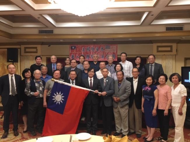 美國越柬寮華人團體2019年回台參訪團19日舉行授旗儀式。(記者楊青/攝影)