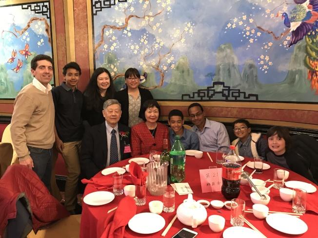 顧問朱紹昌夫婦(坐左一、二) 三代同堂,參加朱沛國堂春宴。(記者薛劍童/攝影)