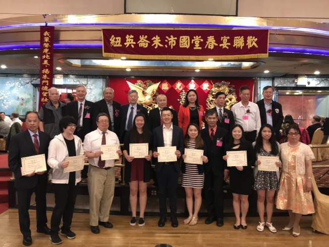 圖為獲頒獎學金的宗親子女和主辦單位人士、來賓合影。(記者薛劍童/攝影)