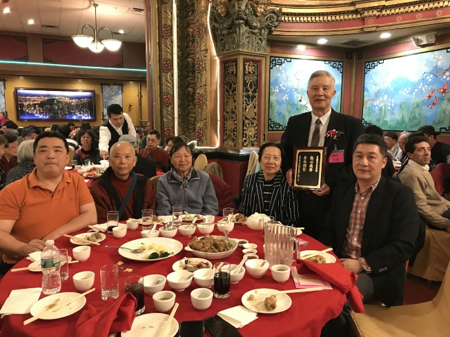 顧問朱星發(後立) 手執獎牌「熱心族務, 老而彌堅」 和家人分享榮譽。(記者薛劍童/攝影)