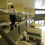 非法移民「抓了就放」 家庭拘留中心空置