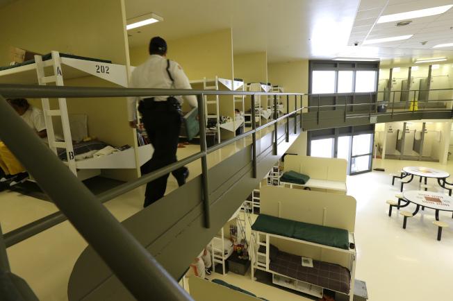 國安部設在華盛頓州的移民拘留中心,圖為女性拘留人舍房。(美聯社)