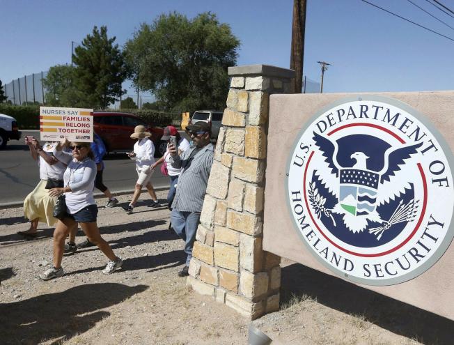 維權人士在德州艾爾帕索移民拘留中心外面示威。(美聯社)