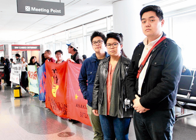 華人權益促進會代表在機場抗議海關執法時的種族針對。(記者李晗/攝影)