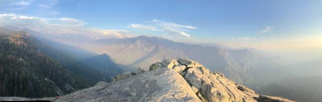 莫羅岩頂風光。
