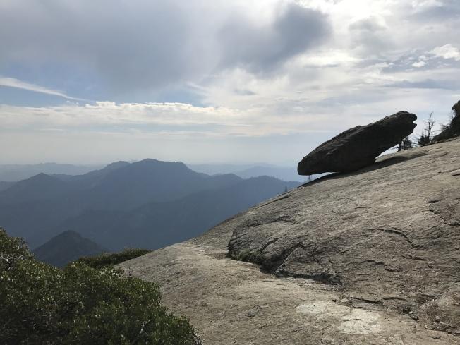 懸岩在陡峭的峽谷邊,平衡不墜。