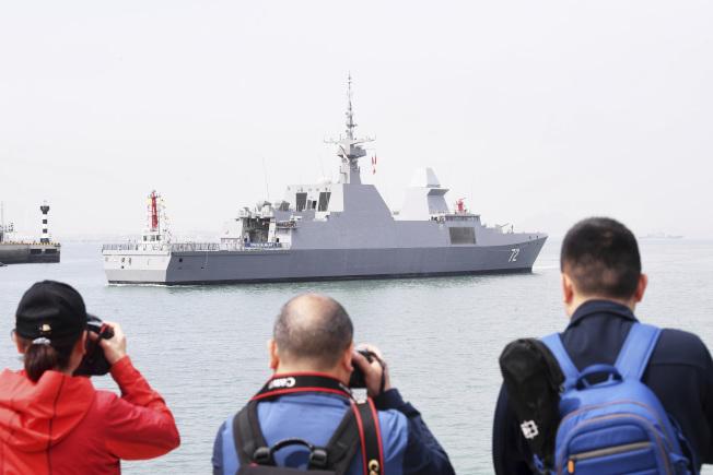 海上閱兵將於23日在青島及其附近海空域舉行。圖為首艘抵達的新加坡海軍「堅強」號護衛艦駛入青島大港碼頭。(美聯社)