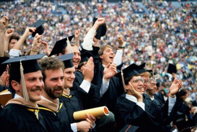 今年的畢業季節將至,最新報告顯示,今夏的畢業生遇上近年來最佳榮景,雇主雇用的人數和給予的薪資都超過去年。(Getty Images)
