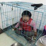 男子擺拍氣前妻 把女兒關籠子裡