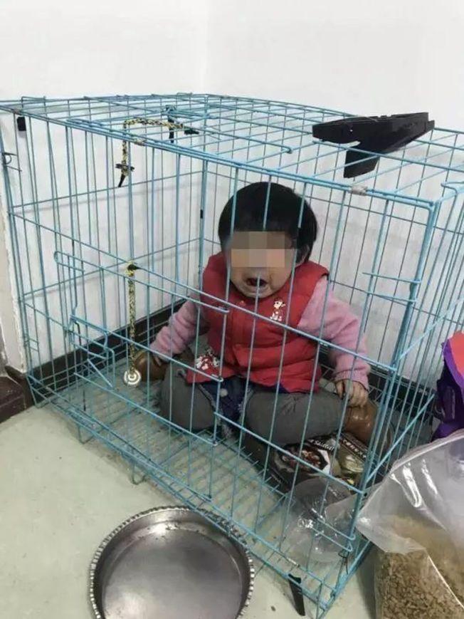 有網友爆料稱,廣東潮州市潮安區彩塘鎮一女童被關籠子裡疑遭虐待,並附有照片、視頻。警方稱照片是女童父親故意擺拍,目的是發給許姓前妻鬥氣。(視頻截圖)