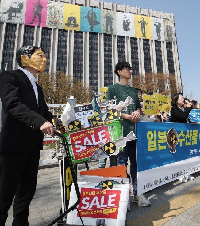 WTO裁決南韓得禁止日本八縣水產品進口,南韓民眾4月12日在首爾政府大樓前上演行動劇慶祝,一名男子戴著日本首相安倍晉三的面具。歐新社