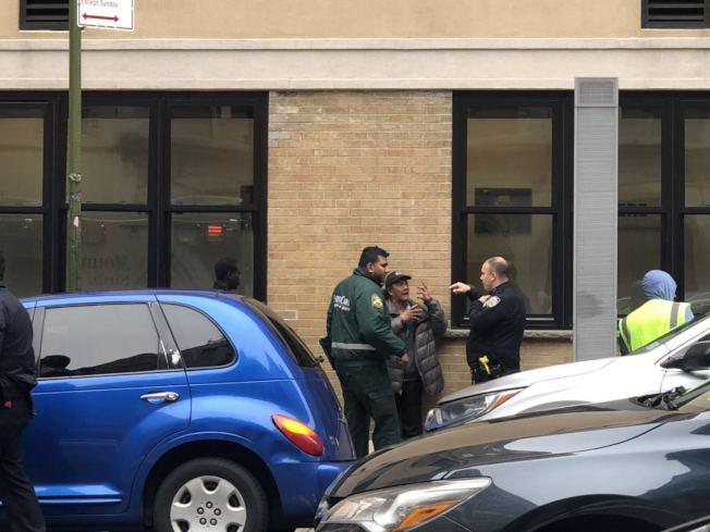 警員與救援人員在現場了解情況。(記者張晨/攝影)