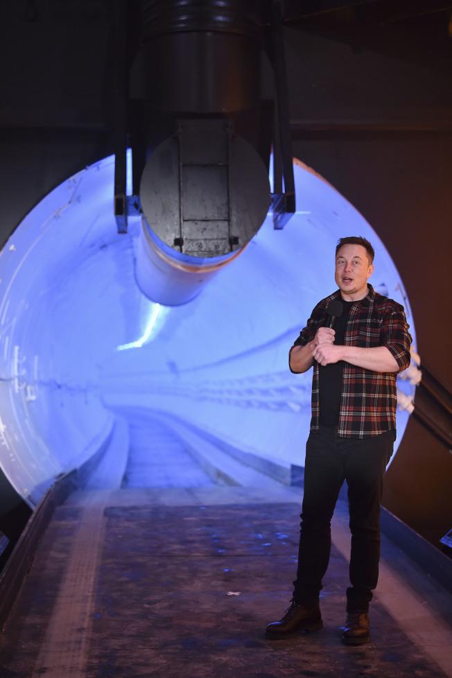 特斯拉創辦人馬斯克將興建連通華府和巴爾的摩的隧道,通車時間僅需15分鐘。圖為馬斯克去年底在加州說明他試建的一段隧道。(美聯社)