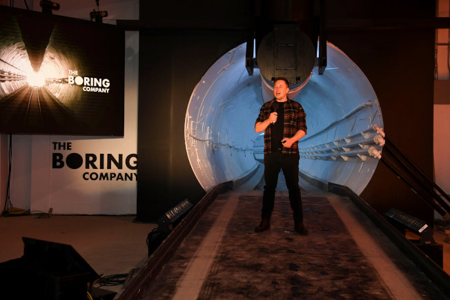 特斯拉創辦人馬斯克將興建連通華府和巴爾的摩的隧道,通車時間僅需15分鐘。圖為馬斯克去年底在加州說明他試建的一段隧道。(路透)