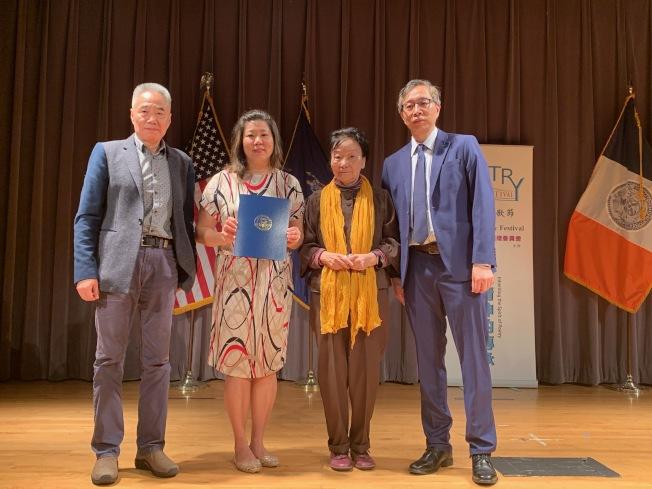 國會眾議員孟昭文(左二)與市議員顧雅明皆參與法拉盛詩歌節,右一是邱辛曄。(記者賴蕙榆/攝影)