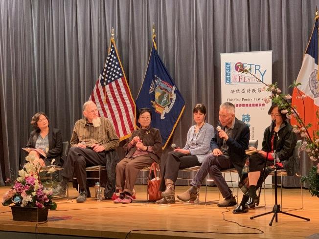 詩歌節組織委員會20日也舉辦朗誦會、詩集展及論壇慶祝美國詩歌月,向與會民眾傳達詩歌精神,左二、三是梅丹理、王渝,左五是嚴力。(記者賴蕙榆/攝影)