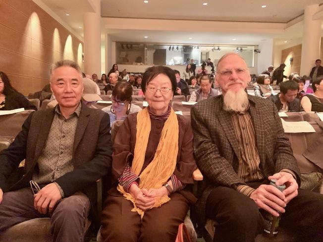 王渝(中)的作品「門外的人」 訴說異鄉人愁思。(記者賴蕙榆/攝影)