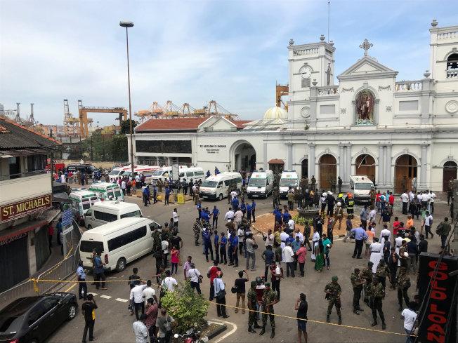 斯里蘭卡士兵21日在其中一處驚傳爆炸的聖安東尼教堂外戒備。(路透)