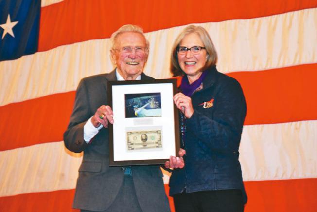 接到當年在大黃蜂號航母儲物櫃中的兩張20美元紙幣和航母殘骸照片,諾瓦茨基(左)感動不已。(記者黃少華/攝影)