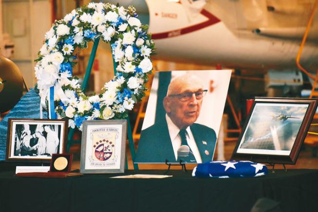 紀念儀式現場擺放了科爾的遺像和物品,讓參加者表達對他的敬意和哀思。(記者黃少華/攝影)