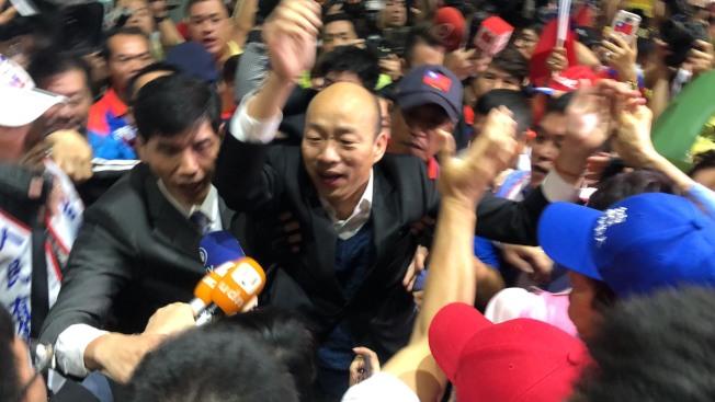 韓粉發起擁護韓國瑜選總統誓師大會,27日將在高雄市政府鳳山行政中心舉行;圖為韓國瑜日前被支持者包圍。(本報資料照片)