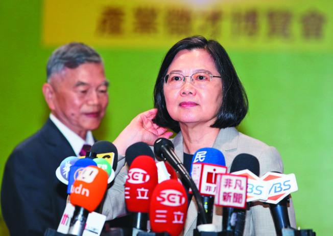 高雄市長韓國瑜訪美時說台灣沒有軍法,「就像太監穿西裝」。蔡英文總統(右)20日表示,身為三軍統帥,要告訴曾是軍人的韓國瑜「把這句話收回去」。(記者曾吉松╱攝影)