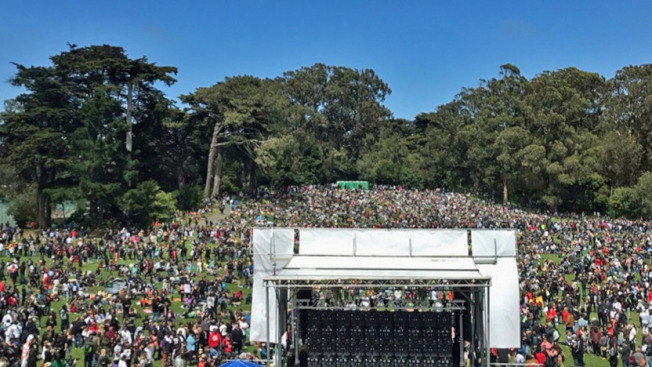 接近2萬人周六齊集金門公園的嬉皮山(Hippie Hill),參加一項420大麻節慶祝活動,參加者大抽大麻,吞雲吐霧不亦樂乎。(電視新聞截圖)