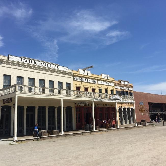 太平洋鐵路公司原址,右側為加州鐵路博物館。