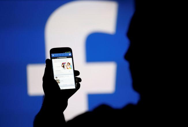 臉書根據使用者喜好,呈現動態消息的內容。(路透)