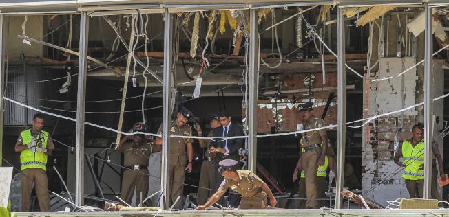 美聯社斯里蘭卡首都可倫坡的香格里拉大飯店遭炸彈攻擊,案發後警方在現場勘驗。美聯社
