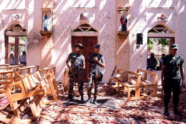 St Sebastian's Church也被炸彈攻擊,事後斯里蘭卡警察在被嚴重破壞的教堂裡坐鎮。(Getty Images)