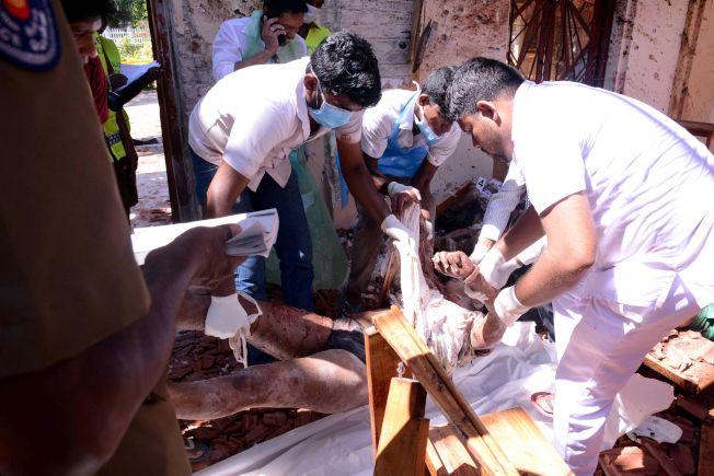 斯里蘭卡爆炸案,造成超過207人死亡。圖為爆炸案的傷者遭抬出。(Getty Images)
