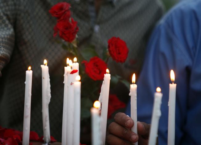 白沙瓦一帶民眾點燃白蠟燭悼念斯里蘭卡的多起嚴重爆炸喪生者。美聯社