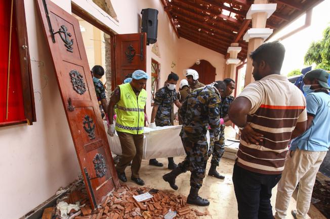斯里蘭卡爆炸案,造成超過207人死亡。圖為爆炸案的傷者遭抬出。美聯社