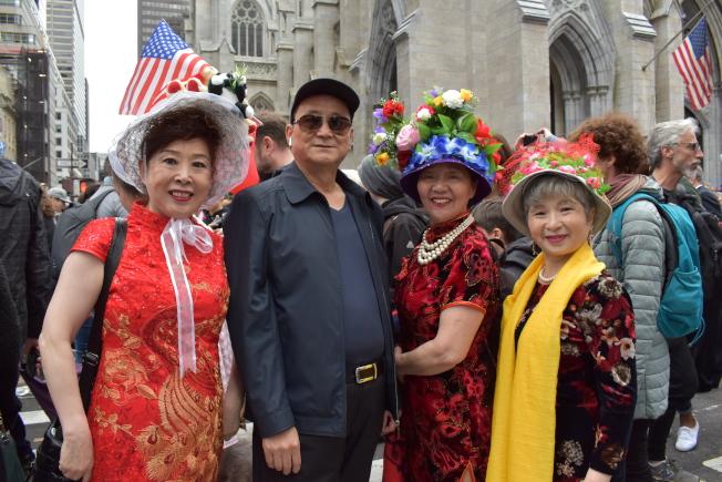 王愛華(左一)將代表美國的泰迪熊以及中國的熊貓玩偶縫在帽子上,展現美中友好。(記者顏嘉瑩/攝影)