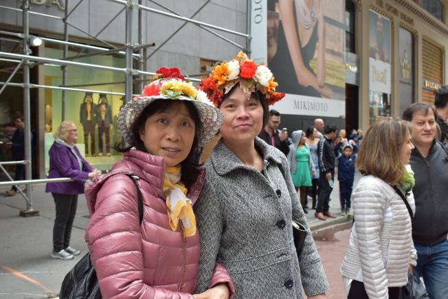 黃金(左)戴著手工花帽,來跟大家「湊熱鬧」。(記者顏嘉瑩/攝影)