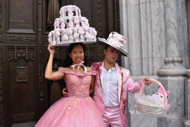 趙曄兩天時間製作蛋白糖霜脆餅帽子,一出場就受到民眾歡呼。(記者顏嘉瑩/攝影)
