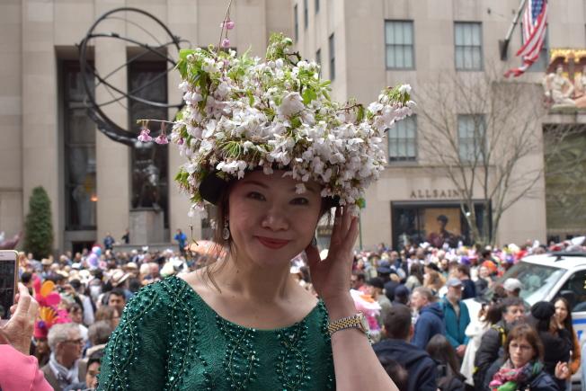 秦東梅將自家栽種的鮮花裝飾在帽子上。(記者顏嘉瑩/攝影)