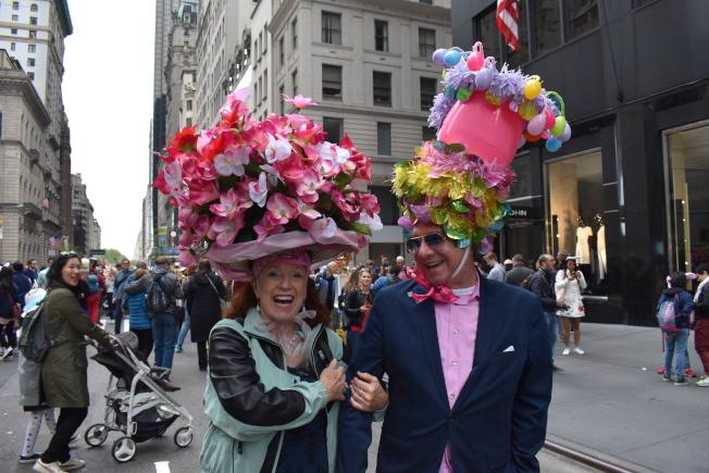 紐約市復活節帽子大遊行21日在曼哈頓中城舉行,參加者戴著花帽爭奇鬥艷。(記者顏嘉瑩/攝影)