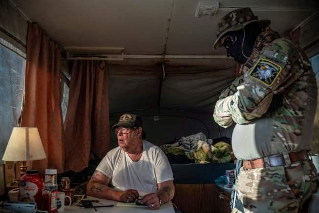 亞州愛國民兵領導人霍普金斯被聯邦探員20日以非法持武罪名逮捕。圖為今年3月在自宅中。(Getty Images)