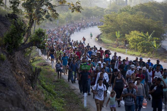 自宏都拉斯跋涉北上的男女老幼無證客,一路辛苦,在接近美墨邊界的接待休息。他們目前所受到的外界支持熱度也在降低。(美聯社)